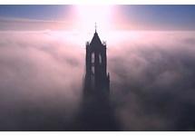 Utrechter filmt Domtoren in de mist met drone